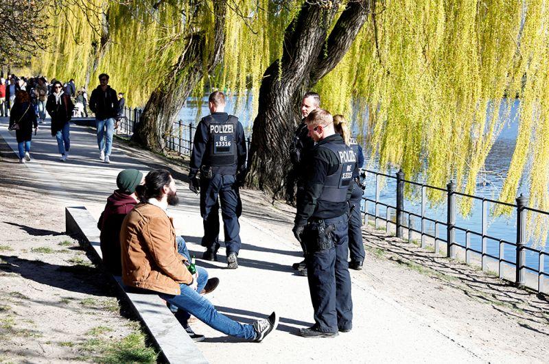 Полицейский патруль в одном из парков Берлина.