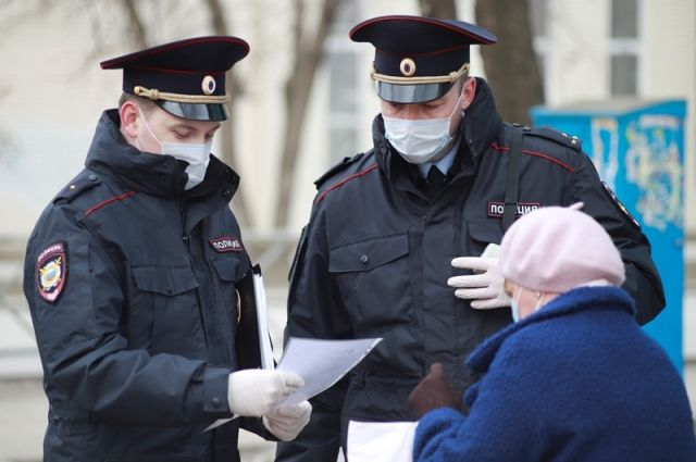 Каждый из патрулей сопровождает сотрудник, у которого есть право проверять документы.