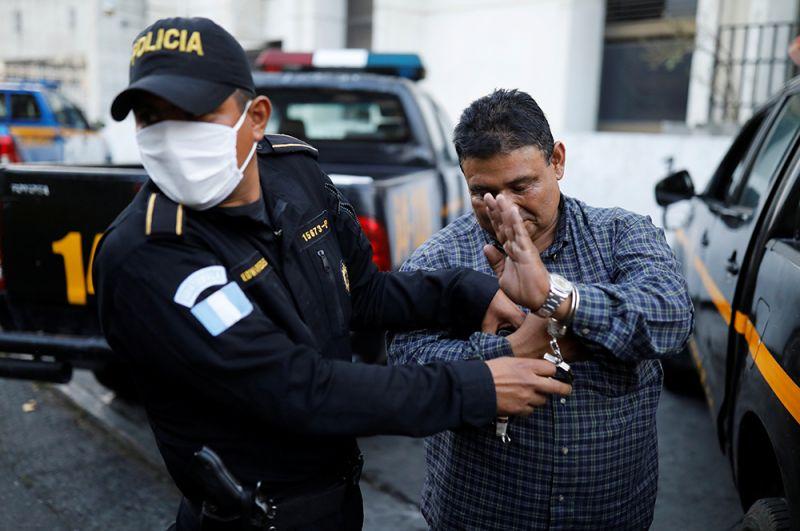Полицейский арестовывает мужчину за нарушение комендантского часа в Гватемале.