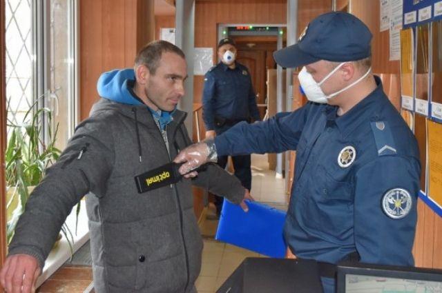 В суды Украины в 2020 году более тысячи раз пытались пронести ножи