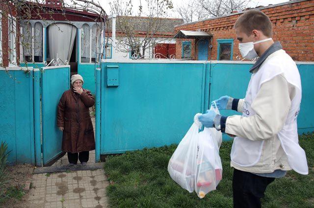 Волонтёр фонда «Вольное дело» доставил продукты для пенсионерки, находящейся вгруппе риска, впосёлке Вимовец Краснодарского края.