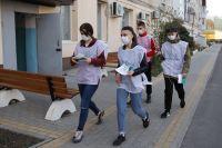 Волонтёры спешат на помощь жителям.