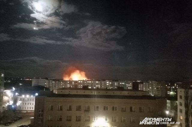 На окраине Оренбурга в районе улицы Уральской горела сухая трава.