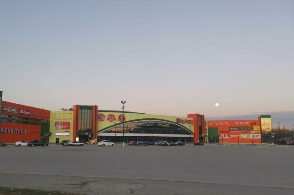 Практически пуста и огромная парковка около ТЦ «Коллаж».
