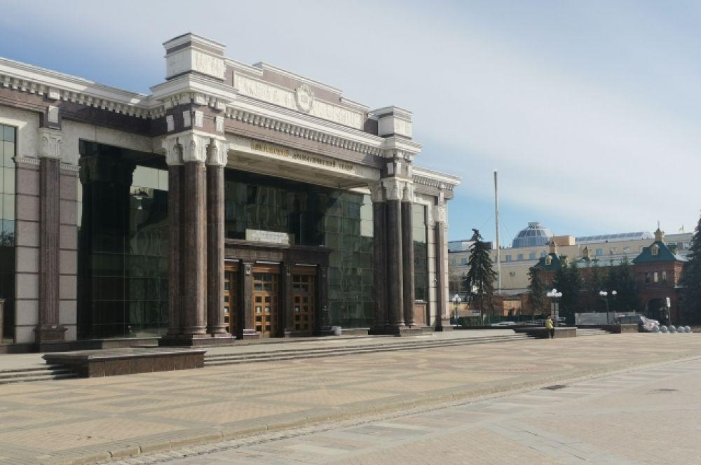 Опустела и площадь перед пензенским областным драматическим театром им. А.В. Луначарского.