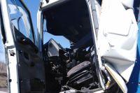 Сотрудники МЧС деблокировали зажатого в кабине водителя грузовика, ДТП произошло в Александровском районе.