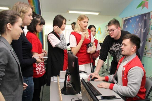 В день добровольцы принимают более 50 заявок от пожилых людей.