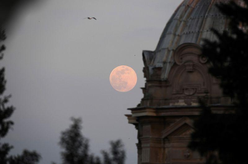 Суперлуние над Римом, Италия.