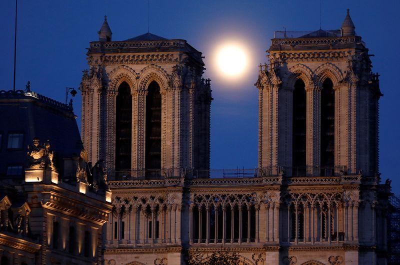 Луна над собором Нотр-Дам де Пари, Париж, Франция.