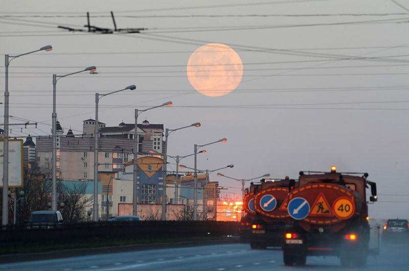 «Розовая» луна в небе над Минском, Белоруссия.