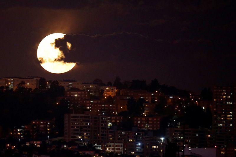 Суперлуние в Винья-дель-Мар, Чили.