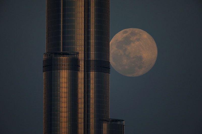 «Розовая» луна восходит за Бурдж-Халифой в Дубае, ОАЭ.