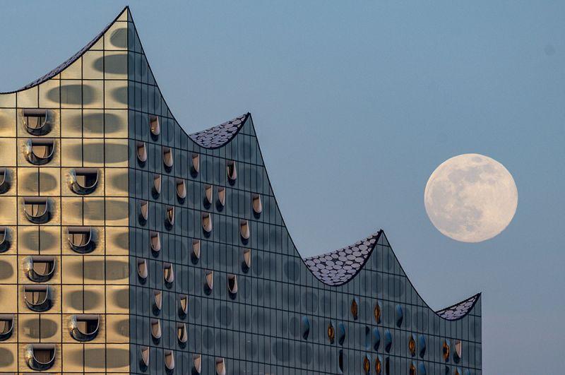 Луна над Эльбской филармонией в Гамбурге, Германия.