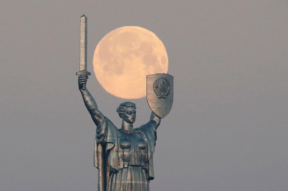 Суперлуние в Киеве, Украина.