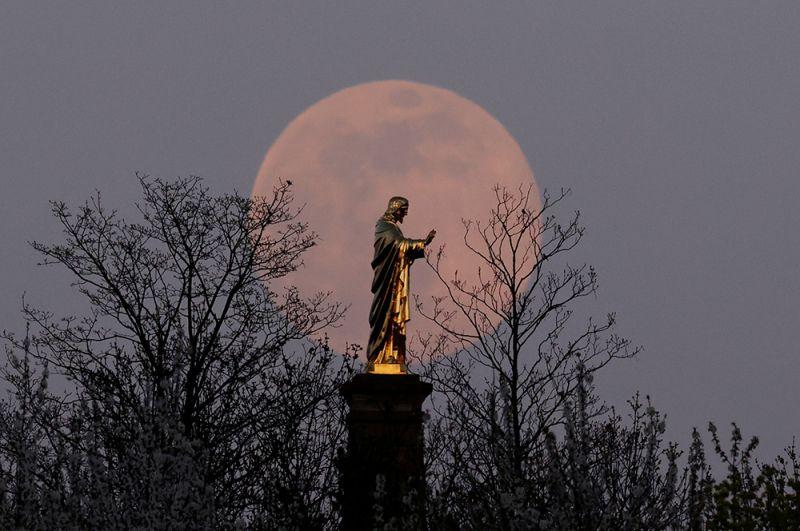 «Розовая» луна над базиликой Сакре-Кёр в Вольсхейме недалеко от Страсбурга, Франция.