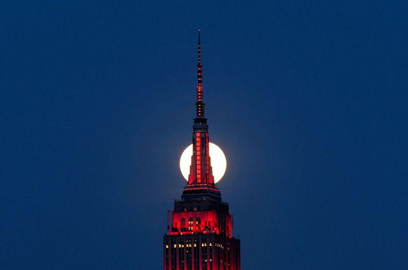 Луна над Эмпайр-Стейт-Билдинг в Нью-Йорке, США.