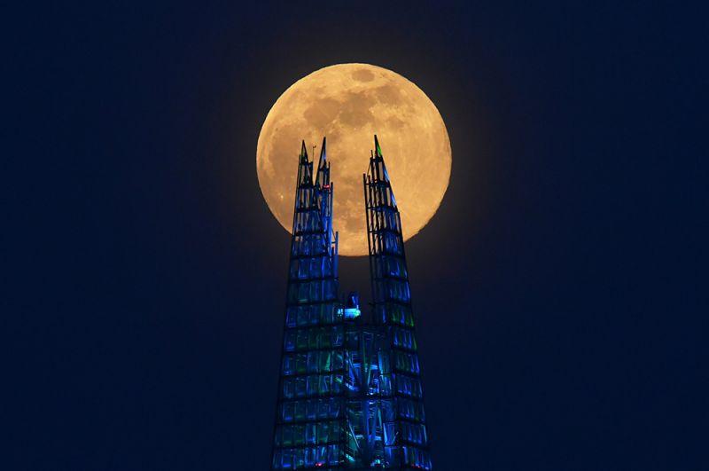 Луна над небоскребом «Осколок» в Лондоне, Великобритания.