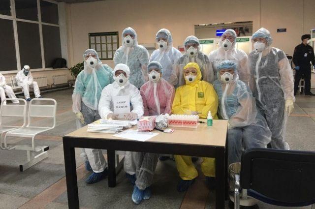 В аэропорту всех прибывших из-за границы, а теперь ещё и из столиц встречают медики. Они берут анализы на коронавирус.