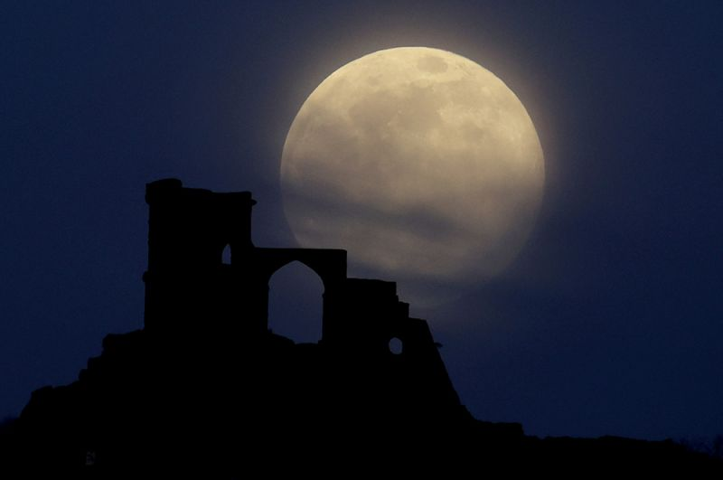 Луна над Моу Коп, Великобритания.