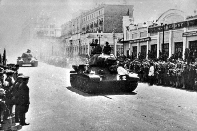 Проводы на фронт 63-й Челябинской танковой бригады Уральского добровольческого танкового корпуса. Улица Кирова. 9 мая 1943 года.
