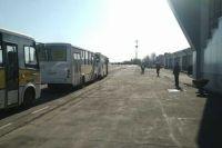 Пассажиров рейса увезли из аэропорта на автобусах, которые потом дезинфицируют.