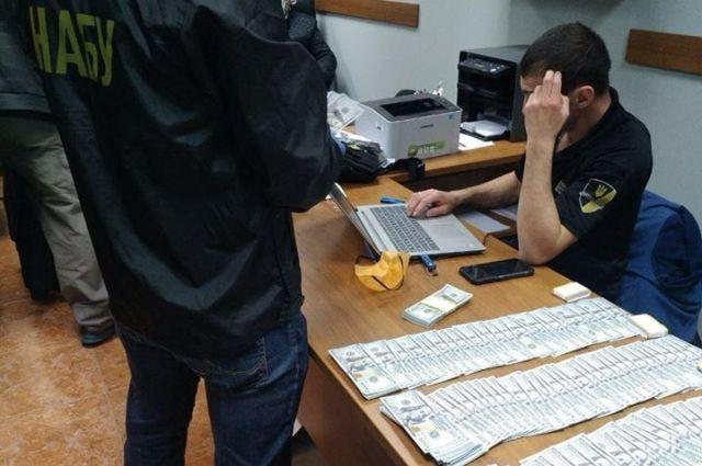 Чиновника ГФС поймали на взятке в 50 тысяч долларов