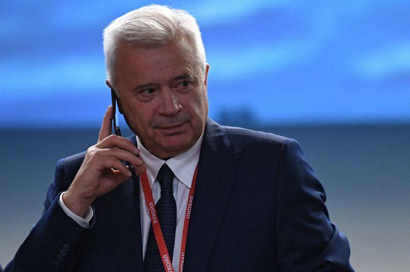 За ним следует президент НК «Лукойл» Вагит Алекперов — $15,2 млрд.