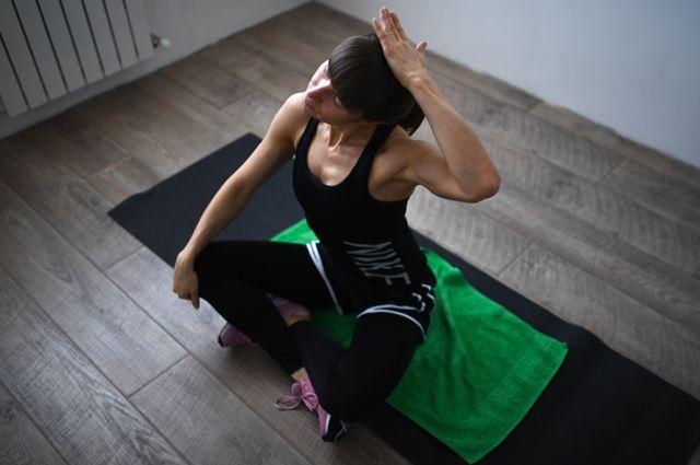 Инструктор фитнес-клуба Анастасия Саламатина вовремя записи онлайн-тренировки усебя дома.