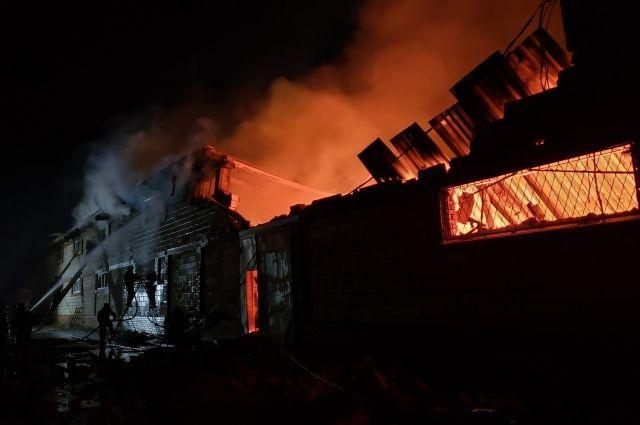 Крупный пожар произошел на мебельном цехе в Удмуртии