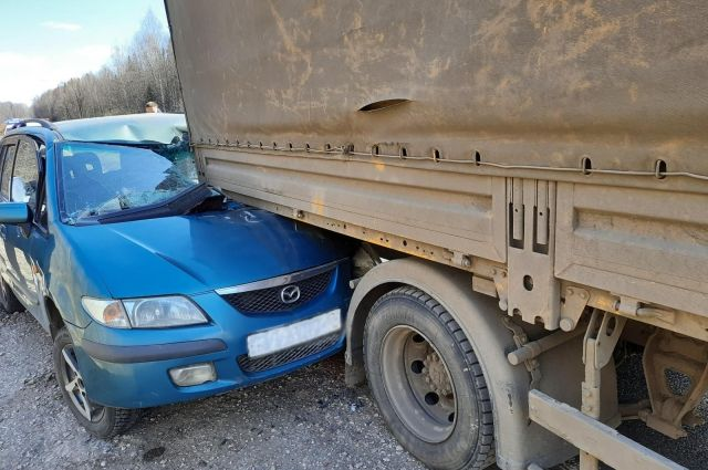 В Удмуртии на трассе водитель Mazda врезался в припаркованный «КамАЗ»