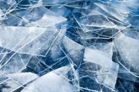 Мужчина шёл по льду, который в апреле уже активно тает, и примерно в 100 метрах от берега провалился под лёд.