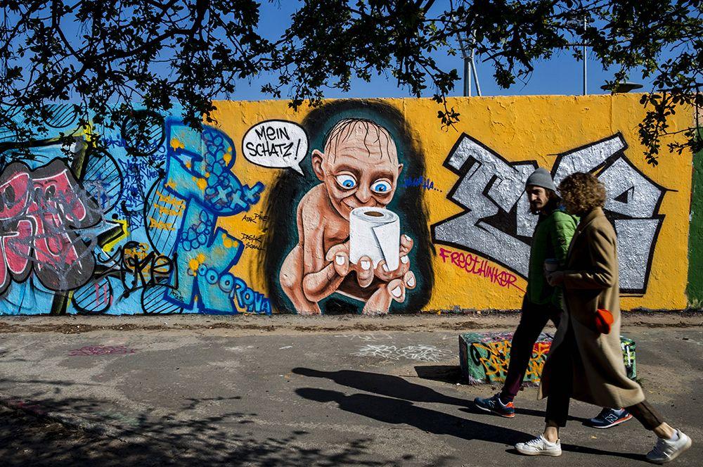 Берлин, Германия. В берлинском Мауэрпарк появилось графиити с изображением Голлума и дефицитной туалетной бумаги с надписью: «Моя прелесть».
