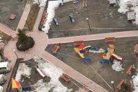 Огороженные сигнальной лентой детские площадки обнаружили в Октябрьском районе.