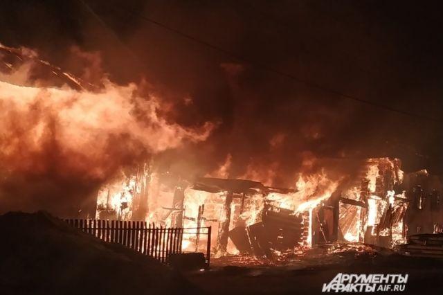 Пожар начался в два часа ночи.