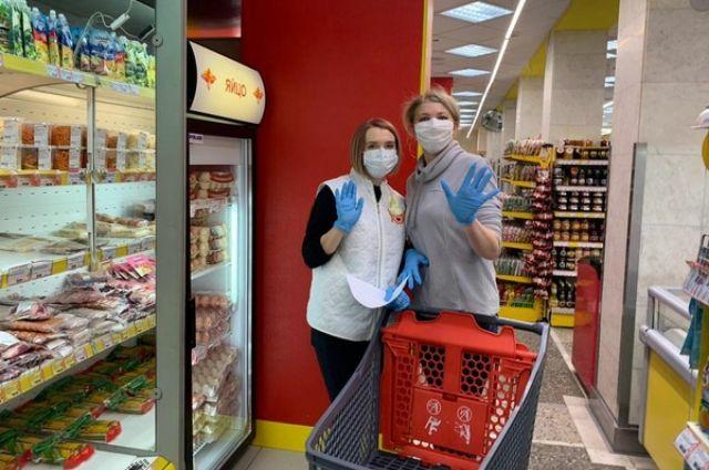 Сотрудники магазинов работают в масках и одноразовых перчатках.
