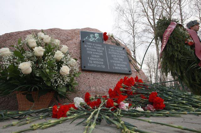 Цветы у памятного камня, установленного на месте крушения польского самолета Ту-154 10 апреля 2010 года.