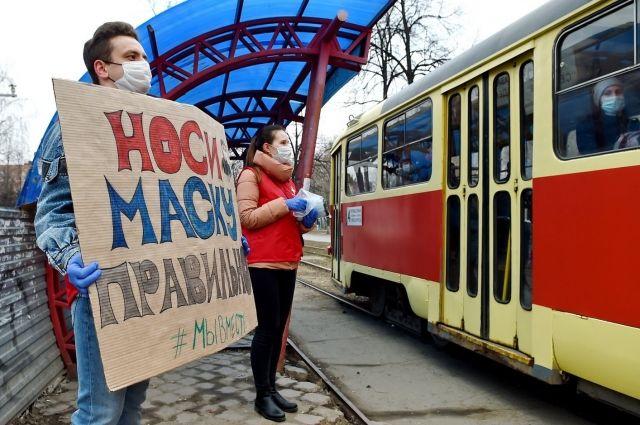 В Ижевске волонтеры бесплатно раздали 5 тысяч масок на остановках