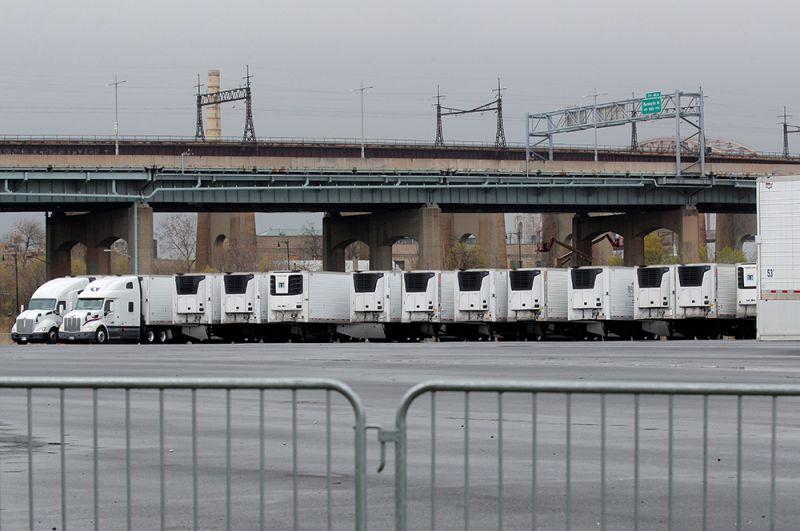 Мобильные рефрижераторы, которые используются в качестве временных моргов, на острове Рэндалл в Нью-Йорке.