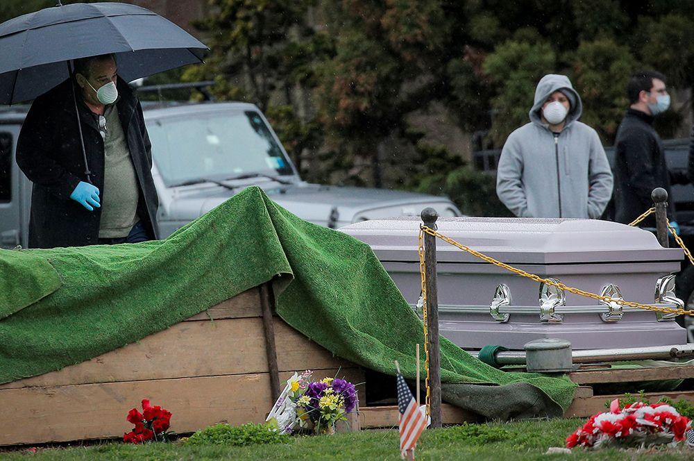 Похороны на кладбище в Грин-Вуде в Бруклине, Нью-Йорк.