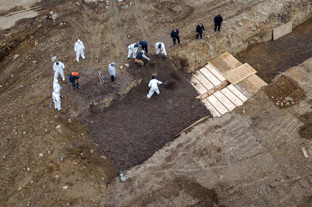 Массовое захоронение погибших от коронавируса на острове Харт в Нью-Йорке.