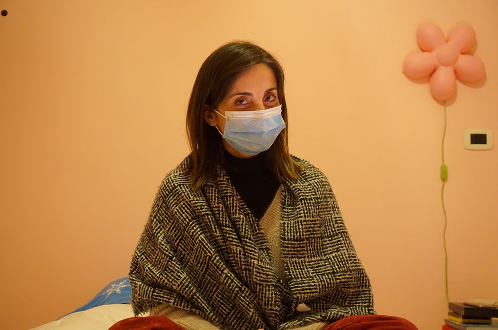Сесилия Барталена, Италия. Работает в больнице Чизанелло. Из-за риска заражения Барталена была вынуждена изменить привычный уклад жизни: теперь, когда возвращается домой из больницы, она ужинает отдельно, использует отдельную ванную комнату и спит в отдельной спальне.