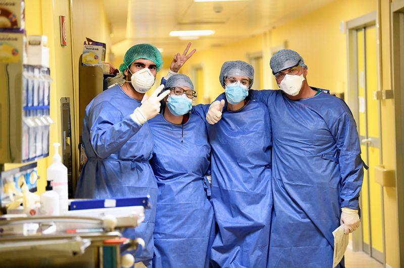 Медики в отделении интенсивной терапии больницы Сан-Раффаэле в Милане, Италия.