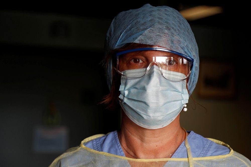 Элизабет Ленуар, Бельгия. Вместе с мужем Элизабет работает в больнице под Арлоном. Когда вечерами их соседи открывают свои окна и балконы, чтобы поаплодировать медикам, это «дает смелость и заставляет продолжать», — говорит она.