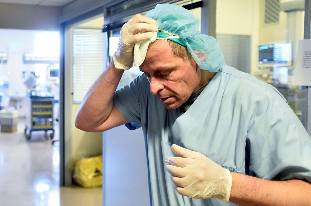 Сотрудник отделения интенсивной терапии в больнице Circolo в Варезе, Италия.