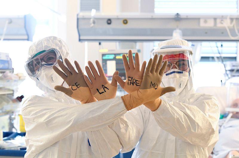 Врачи отделения интенсивной терапии в больнице Circolo в Варезе, Италия. Надпись на перчатках: «Мы сделаем это».