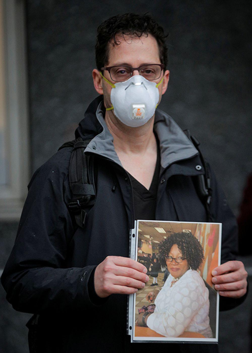 Тед Левайн, США. Работник больницы Маунт-Синай в Нью-Йорке. Он держит в руках фотографию своей коллеги, Феды Окран, медсестры, которая умерла от COVID-19.