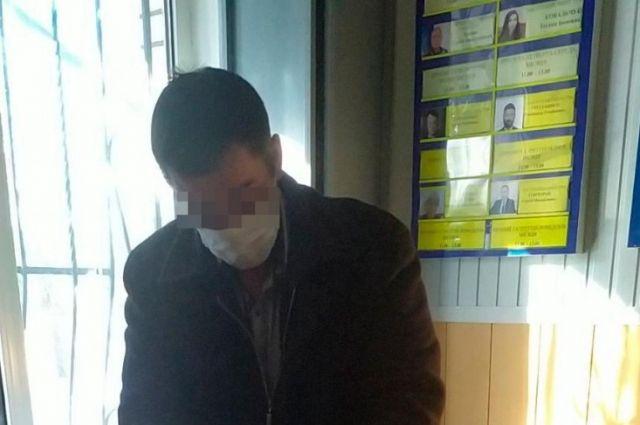 Мужчина угрожал полицейскому ножом из-за требования купить маску