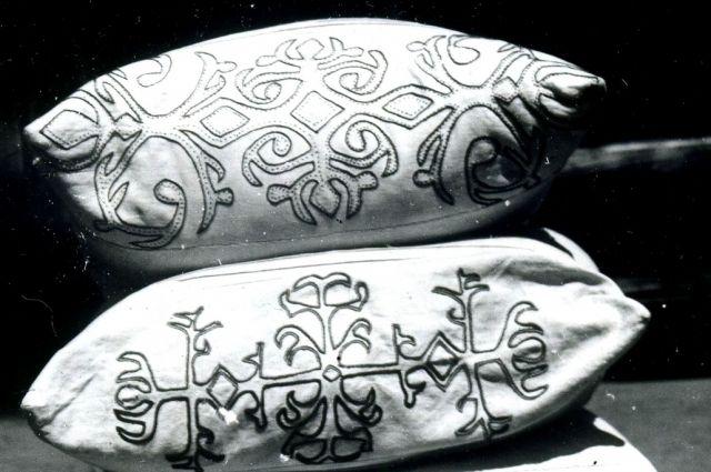 На чехлах кавказских подушек часто встречаются узоры, изображающие бараньи рога.