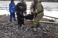 Спасатели с помощью трёхколенной лестницы вытащили пострадавшего из воды.