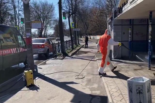 Дезинфекция улиц и остановок проводится в Пскове в рамках борьбы с коронавирусом